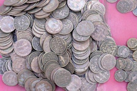 Photo pour Vieux, fond de pièces indiennes vintage dans le marché indien dans la rue à Rishikesh, en Inde. Gros plan. - image libre de droit