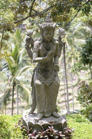 Photo pour Statue traditionnelle en pierre balinaise représentant un dieu ou une divinité mythologique à Ubud, île de Bali, Indonésie, gros plan - image libre de droit