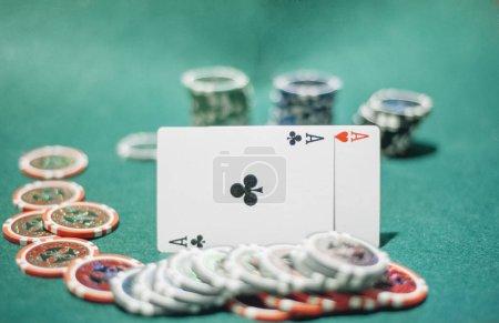 Photo pour Jetons de poker coloré et deux ace - image libre de droit