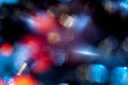 Photo pour De nombreux défocalisé vineux et Azur brille dans le noir sur fond de bokeh - image libre de droit