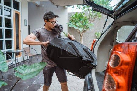portret młodzieńca Azjatycka podnoszenia walizki, gdy przejdź podróży