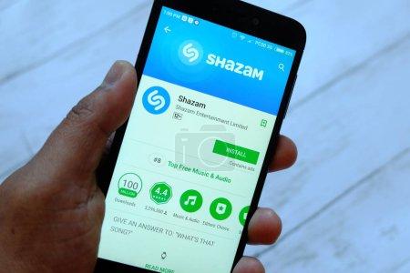 Photo pour BANDAR SERI BEGAWAN, BRUNEI - 25 JUILLET 2018 : Un smartphone portable masculin avec des applications Shazam sur un Android Google Play Store - image libre de droit