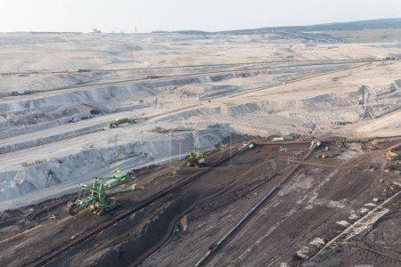 Photo pour Vue aérienne panoramique de l'industrie des mines de charbon et des équipements lourds dans les carrières - image libre de droit