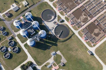 Photo pour Vue aérienne de l'usine de traitement des eaux usées en Pologne Wroclaw - image libre de droit