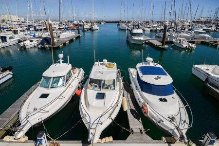 Photo pour Cascais, Portugal - 8 juin 2018 : Bateau à moteur ultra grand angle amarré à la marina de Cascais. La Marina est située sous Cascais Cidadela - image libre de droit