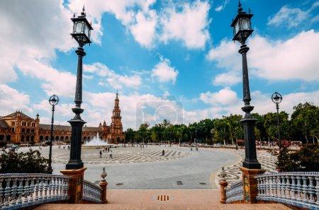 Photo pour Séville, Espagne - 15 juillet 2018 : Place d'Espagne, Plaza de Espana, se trouve dans le parc public Maria Luisa, à Séville. C'est un exemple emblématique du style néo-Renaissance dans l'architecture espagnole. - image libre de droit