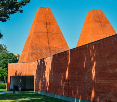 Photo pour Cascais, Portugal - August 21, 2018: Casa das Historias Paula Rego Museum - Architect Eduardo Souto de Moura in Cascais, Portugal - image libre de droit