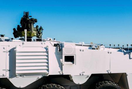 Photo pour Véhicule-citerne de maintien de la paix armée générique avec une mitrailleuse montée sur le dessus. - image libre de droit