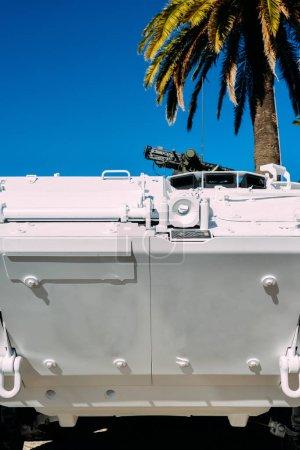 Photo pour Gros plan de l'ONU style véhicule-citerne de maintien de la paix avec la mitrailleuse montée sur le dessus - image libre de droit