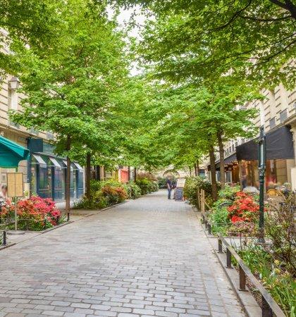 Photo pour Une rue calme avec des restaurants dans le quartier bohème du Marais à Paris . - image libre de droit