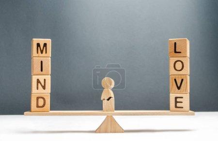 Photo pour L'homme fissuré sur la balance entre l'esprit et l'amour. Perte conceptuelle de la raison due aux sentiments et à l'amour aveugle. Actions, souffrances et expériences contradictoires illogiques. Psychologique, obsession. - image libre de droit