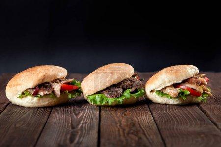 Photo pour Gros plan de kebab sandwich sur fond en bois . - image libre de droit