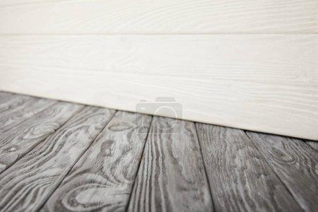 Foto de Suelo gris de madera y pared de madera blanca - Imagen libre de derechos