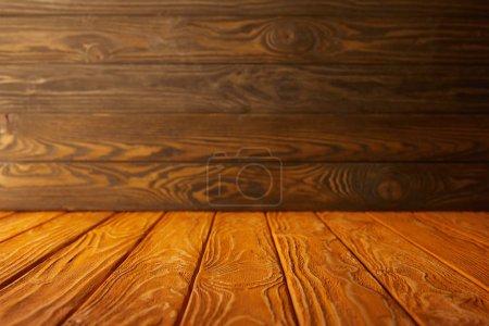 mesa a rayas naranja y pared de madera marrón