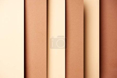 Abstrait avec des feuilles de papier dans les tons beiges et marron