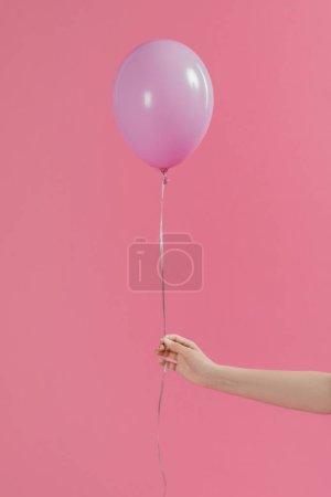 Photo pour Vue recadrée d'une femme tenant un ballon rose isolé sur rose - image libre de droit