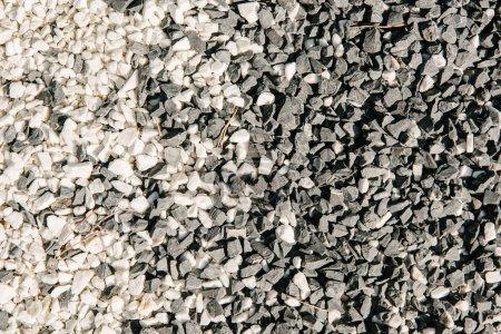 Photo pour Vue de dessus de pierres de galets noir et blanc pour le fond - image libre de droit