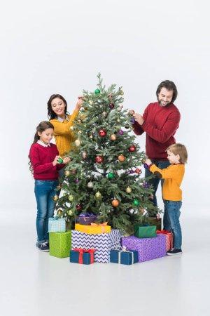 Photo pour Héhé, décorer le sapin de Noël avec présente isolé sur blanc - image libre de droit
