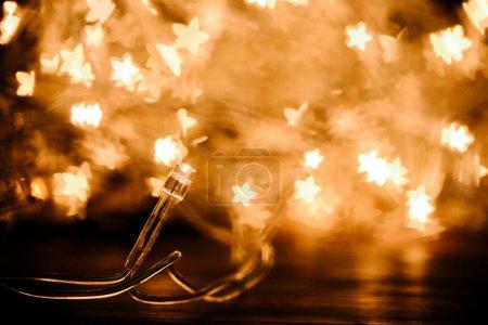 Photo pour Gros plan sur guirlande festive et décor de lumières pour le bokeh étoiles - image libre de droit