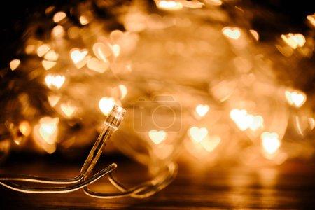 Photo pour Bouchent la vue du cadre de lumières bokeh festif garland et coeurs - image libre de droit
