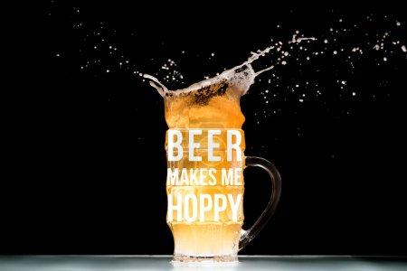 """taza de cerveza ligera con espuma y salpicaduras en la mesa sobre fondo negro con """"cerveza me hace hoppy"""" inspiración"""