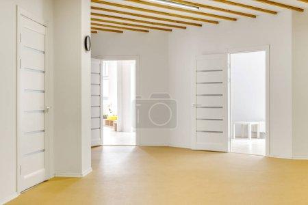 Photo pour Couloir vide avec les portes ouvertes à l'école maternelle moderne - image libre de droit