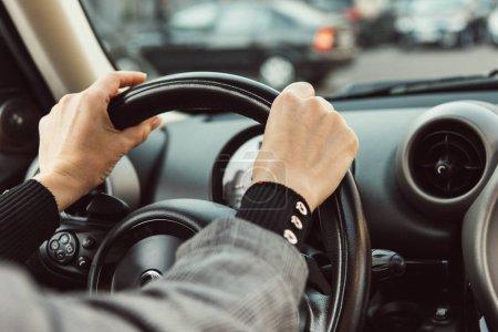 Teilansicht einer erwachsenen Autofahrerin