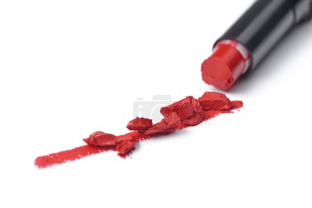 bouchent la vue de brisé rouge à lèvres rouge sur fond blanc
