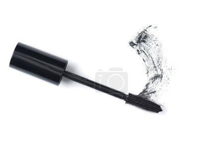 Photo pour Vue de dessus du pinceau de mascara noir sur fond blanc - image libre de droit