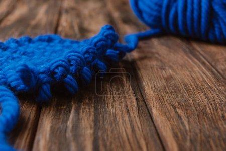 Foto de Cerrar vista de azul hilo para hacer punto en superficie de madera - Imagen libre de derechos