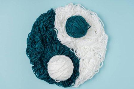 vue de dessus du fil bleu et blanc, disposé en yin yang signe sur fond bleu