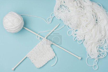 Foto de Vista superior de hilo blanco y agujas sobre fondo rosa - Imagen libre de derechos