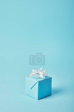 Photo pour Coffret cadeau avec arc blanc sur fond bleu - image libre de droit
