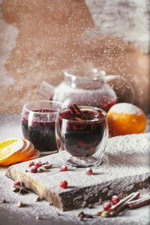Foto de En polvo azúcar en dos vasos de vino caliente con arándanos sobre mesa de cocina - Imagen libre de derechos