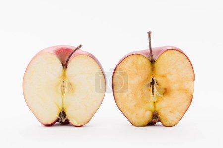 Photo pour Pomme délicieuse rouge mûre coupée en deux sur fond blanc - image libre de droit