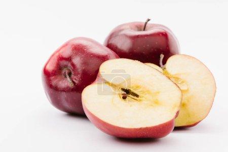 Foto de A la mitades y todo sabrosas manzanas rojas sobre fondo blanco - Imagen libre de derechos