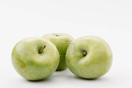 Foto de Deliciosas manzanas verdes grandes sobre fondo blanco - Imagen libre de derechos