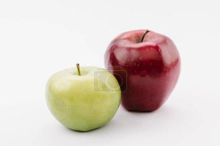 Foto de Grandes maduras manzanas rojas y verdes sobre fondo blanco - Imagen libre de derechos