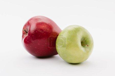 Photo pour Savoureuses pommes mûres de rouges et verts sur fond blanc - image libre de droit