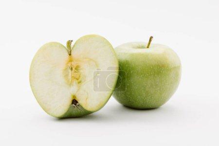 Photo pour Coupe et toute mûres pommes vertes sur fond blanc - image libre de droit