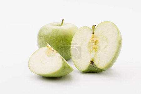 Photo pour Coupe et ensemble de délicieuses pommes vertes sur fond blanc - image libre de droit