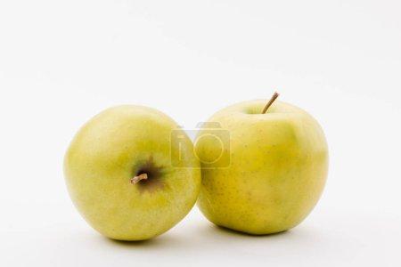 Photo pour Mûres pommes golden delicious sur fond blanc - image libre de droit