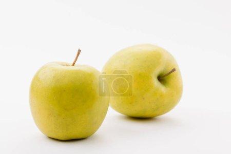 Foto de Sabrosas manzanas deliciosas doradas sobre fondo blanco - Imagen libre de derechos