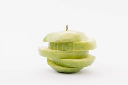 Foto de En rodajas la manzana deliciosa dorada sobre fondo blanco - Imagen libre de derechos