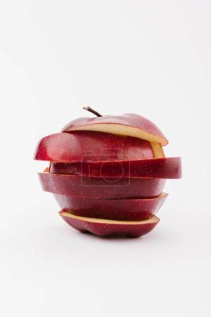 Foto de Rodajas de manzana deliciosa roja sobre fondo blanco - Imagen libre de derechos