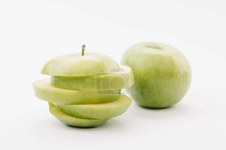 Foto de Manzanas deliciosas cortadas y todo doradas sobre fondo blanco - Imagen libre de derechos