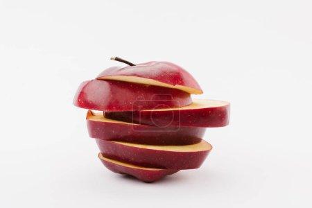 Foto de Fresco en rodajas manzana roja sobre fondo blanco - Imagen libre de derechos