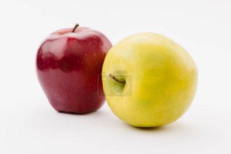 Photo pour Pommes délicieuses fraîches or et rouges sur fond blanc - image libre de droit