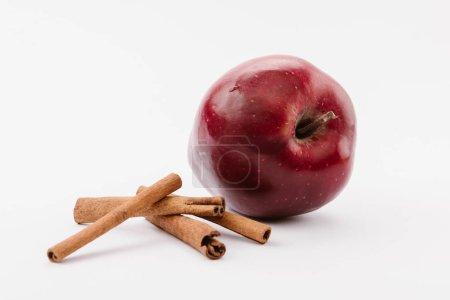Foto de Manzana grande roja y canela sobre fondo blanco - Imagen libre de derechos
