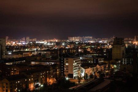 Photo pour Paysage urbain et bâtiments illuminés et les rues pendant la nuit - image libre de droit
